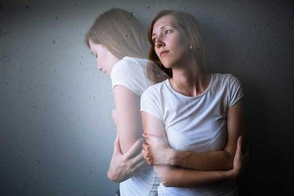 Kvinde med emotionel mavekatar vrider sig af smerte
