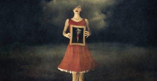 Kvinde står med billede i hånden