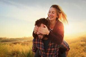 Par leger på eng og oplever blind kærlighed