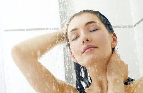 Kvinde nyder brusebad