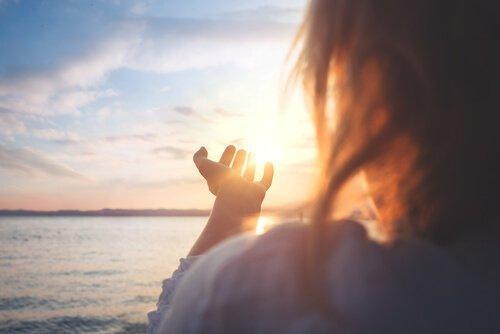 kvinde ser solnedgang