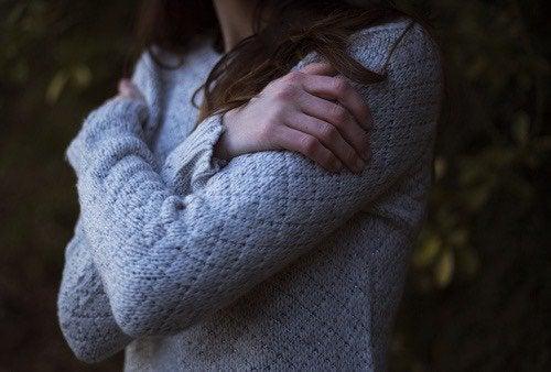 Kvinde, der krammer sig selv