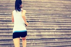 Kvinde løber på trapper som en god måde at komme i gang med at træne på