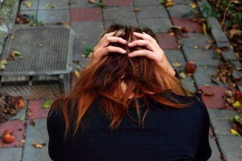 Kvinde med social angst tager sig til hoved