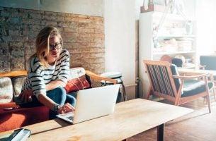 Kvinde lever livet som freelancer på sin computer