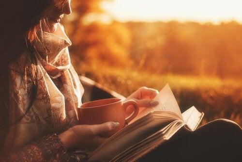 Kvinde med kaffekop nyder fordele ved at læse