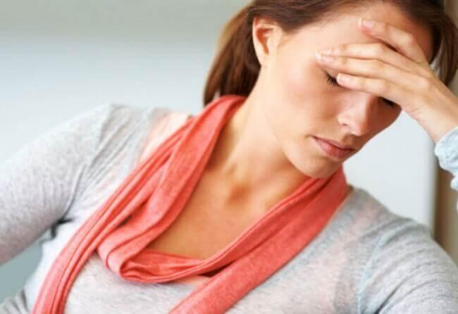 Kvinde ønsker at helbrede hovedpine med vand