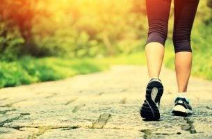 Kvinde nyder de mange fordele ved at gå