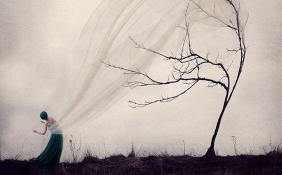 Kvinde på mark lader sit slør blive fanget af vinden