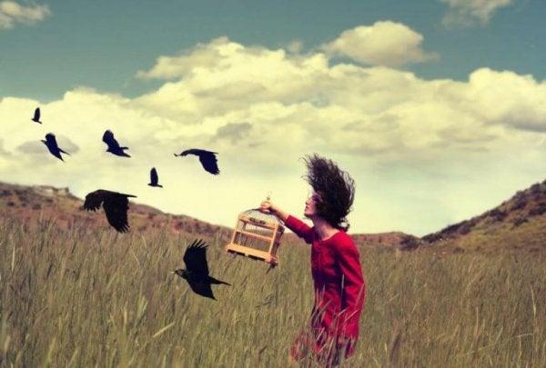 Kvinde slipper fugle fri som symbol for at hele såret efter forræderi