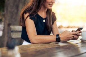 Kvinde anvender nye kommunikationsformer
