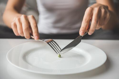 Kvinde spiser én ært