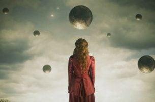 Kvinde står foran kugler og ser dem som kendetegn ved følelsesmæssig modenhed