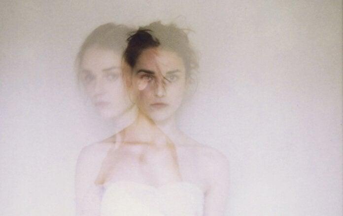 Sløret billede af kvinde illustrerer selvdestruktive mennesker