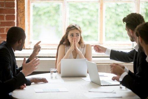 Kvinde sidder til møde