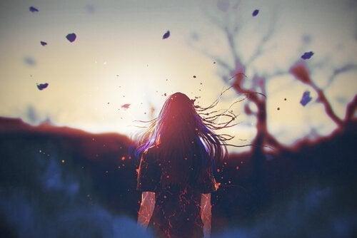 Kvinde går i voldsom vind mod sol