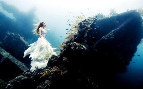 Kvinde går på vrag under vandet