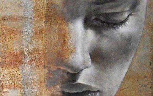 Kvinde med lukkede øjne, der er ufølsom overfor andres lidelse