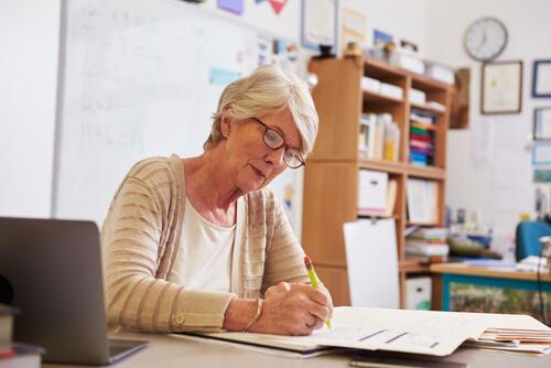 Lærer retter eksamener