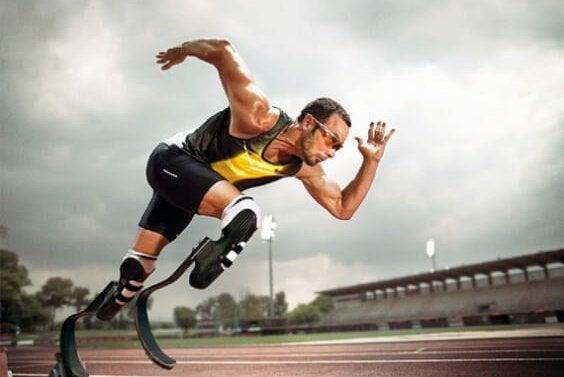 Mand der løber på bioniske ben