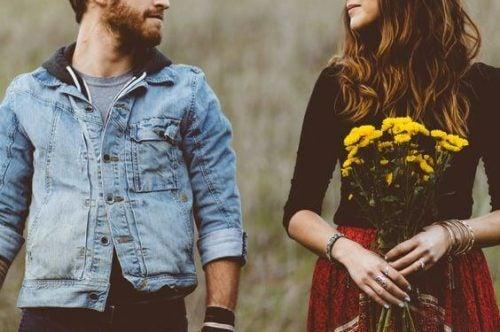 Mand og kvinde, der har fysisk tiltrækning for hinanden