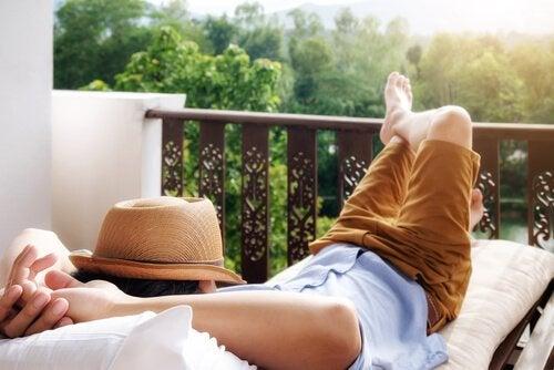Mand der ligger ned og udøver spontanitet