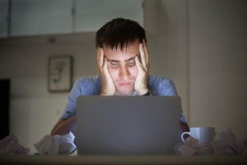 Mand ved computer lever livet som freelancer