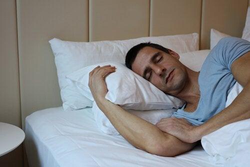 Mand sover godt efter at have fulgt råd til bedre søvn