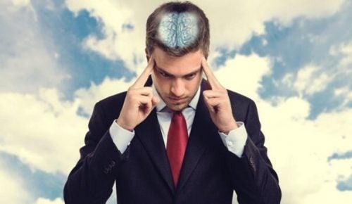 Mand koncentrerer sig, så man kan se hans hjerne