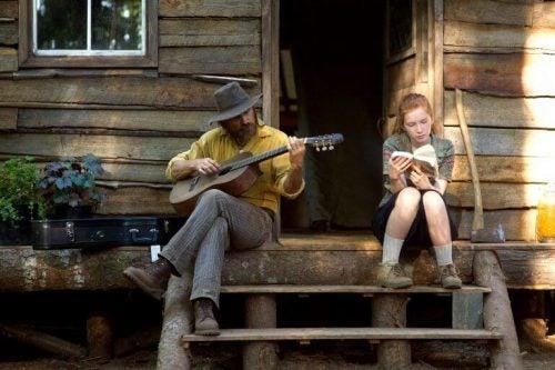 Mand spiller på guitar ved siden af sin datter fra captain fantastic