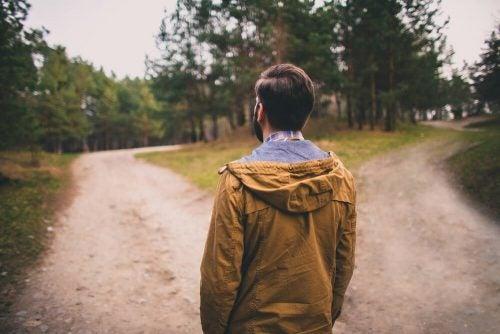 Mand står ved vej og skal vælge