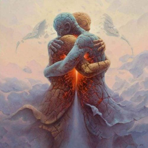 To mennesker af sten krammer hinanden som udtryk for venlighed