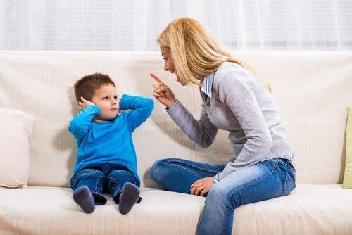 To konsekvenser af at råbe af børn