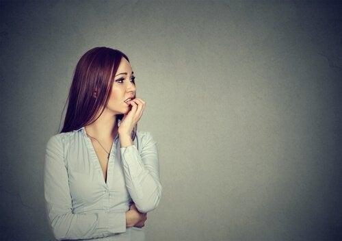 Kvinde med ergofobi bider negle