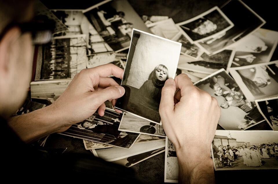 Mand ser på gamle billeder og oplever kollektiv nostalgi