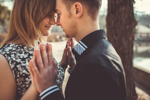 Par nyder kærlighed ved første blik