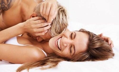 Et par i en seng, der griner
