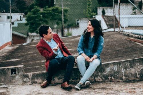 Par der har en samtale udenfor