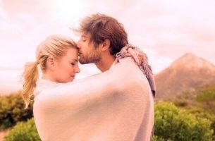 Par krammer under tæppe og nyder demiseksualitet