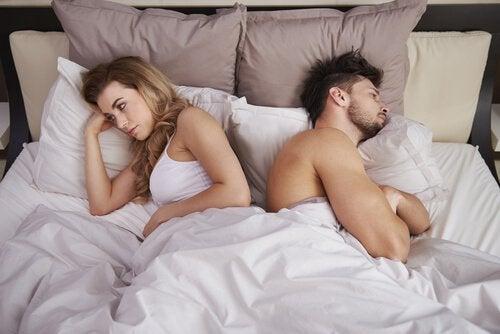 Par med ryggen til hinanden i seng oplever seksuel anoreksi