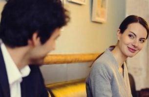 Mand og kvinde oplever kærlighed ved første blik