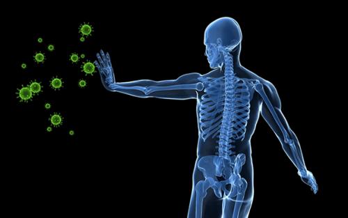 Person afviser bakterier med hånd