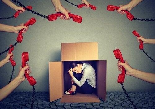 Person i kasse har ergofobi og oplever mange telefoner rettet mod sig