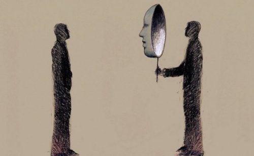 Person ser på en anden person gennem maske