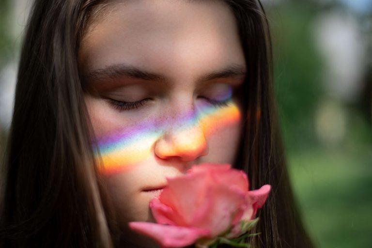 pige dufter til en rød rose