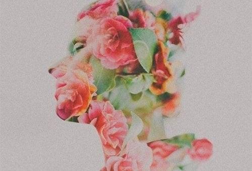 En kvindes profil dækket af blomster