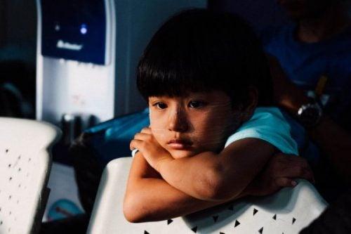 Pige illustrerer følelsesmæssige problemer hos børn