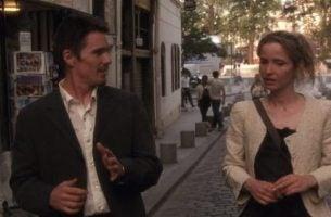 To personer taler sammen på gaden