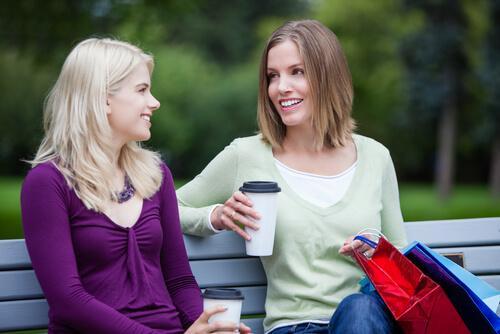 To kvinder taler sammen i park, da man ofte er mindre hæmmet overfor fremmede