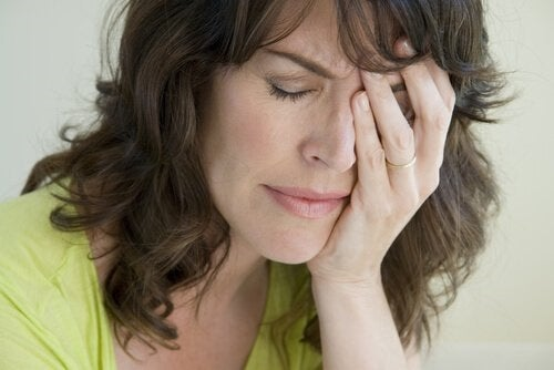 En kvinde, der græder over at skulle håndtere tom rede syndrom